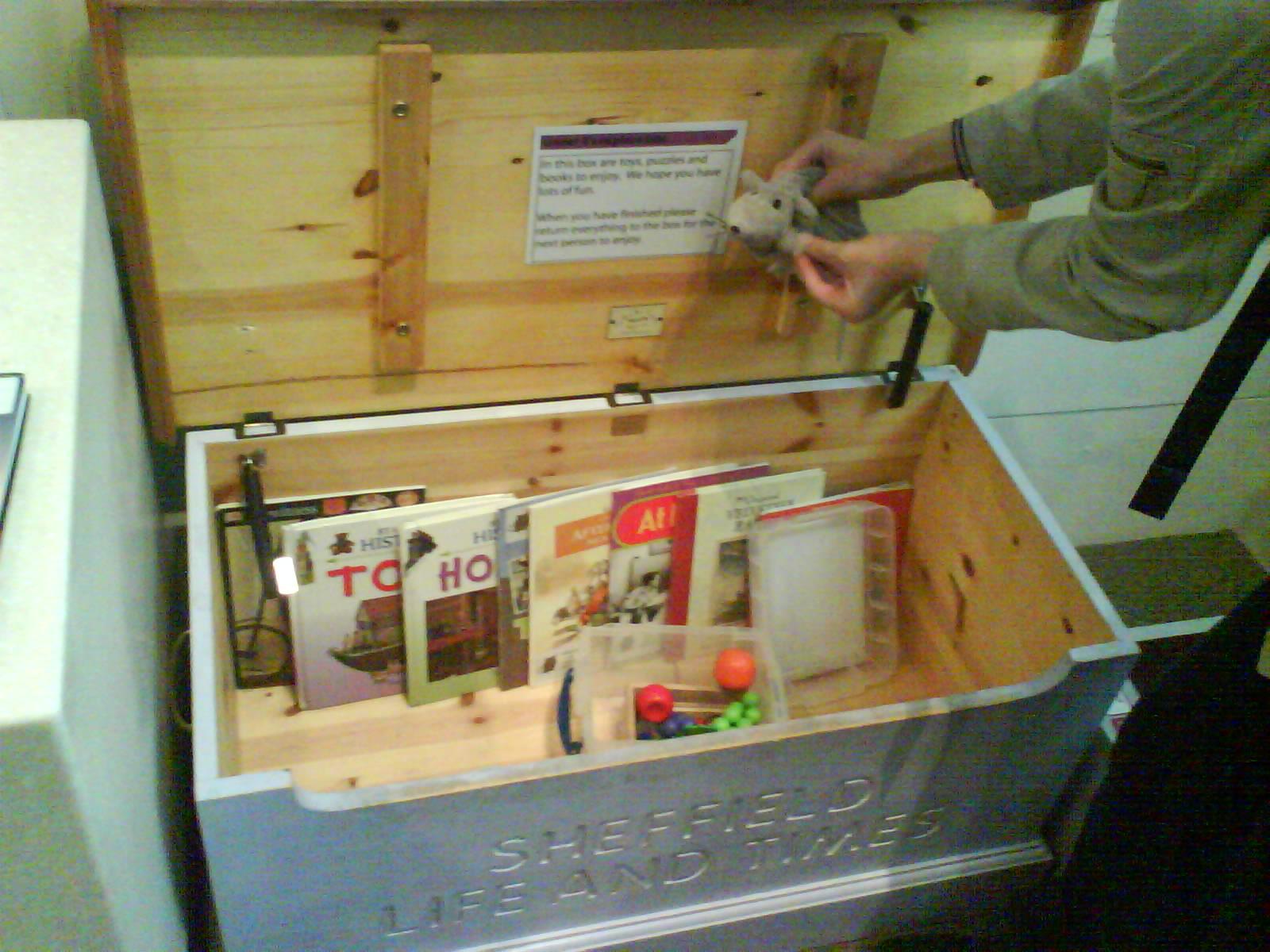In een museum in Sheffield zijn op zaal verschillende kinderboeken en ander speelgoed voorhanden.