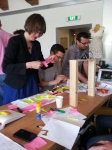 Knippen, plakken en spelen tijdens een ontwerpsessie van het meSch project (foto: meSch project)