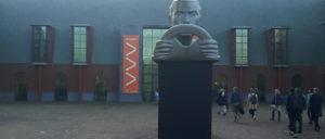 De facade van het Louwman Museum, waar een stroom museumprofessionals naar binnen gaat. Aan de gevel hangt een banner van de Museumkennisdag