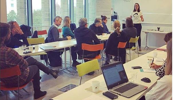 Merel leidt een workshop voor een groep Zweedse museumprofessionals als onderdeel van het SWEDIP project.